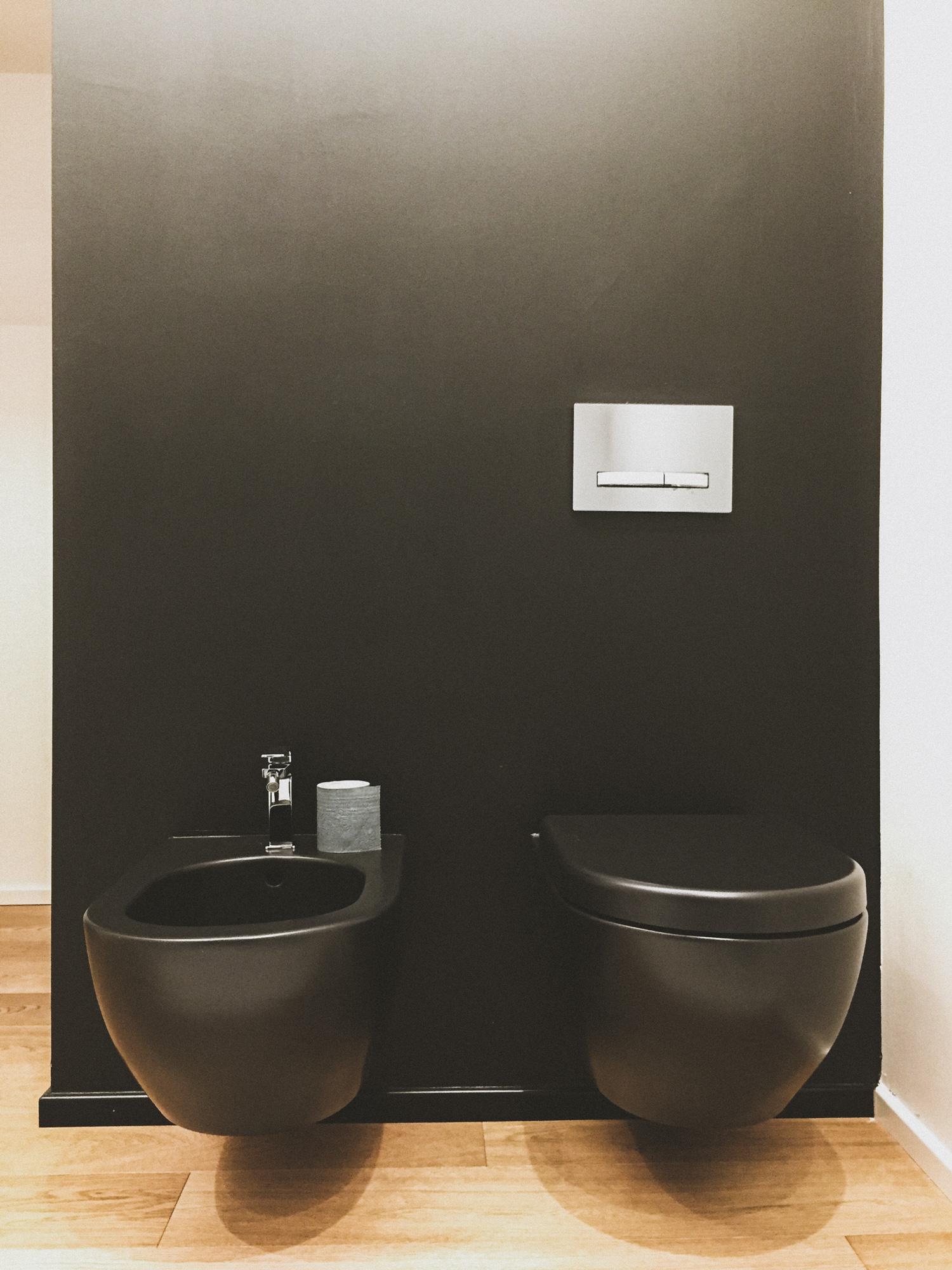 Bagno con sanitari neri