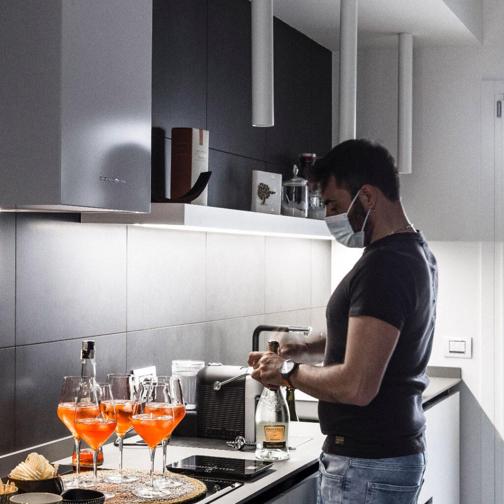 Uomo prepara aperitivo in cucina su misura