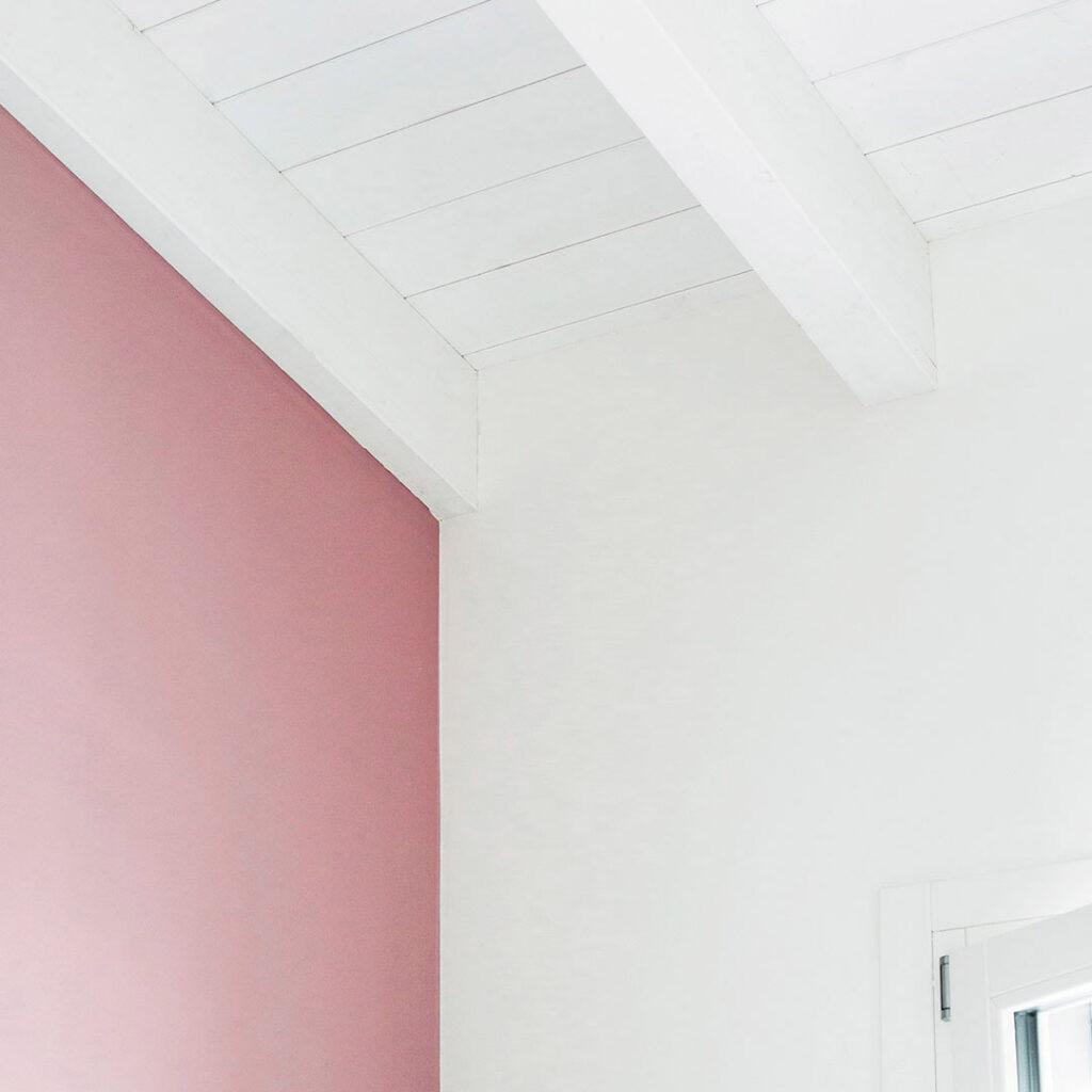 Parete rosa e soffitto bianco