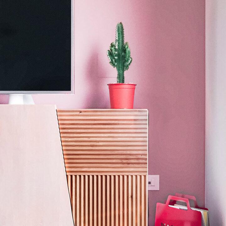 Mobile tv in legno con parete rosa